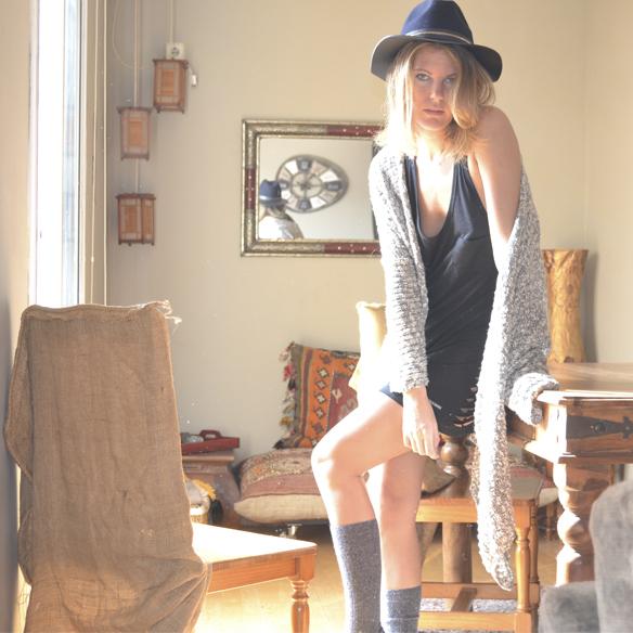 15colgadasdeunapercha_joy_division_chicplace_negro_black_calcetines_socks_sombrero_hat_oversize_cardigan_gina_carreras_5