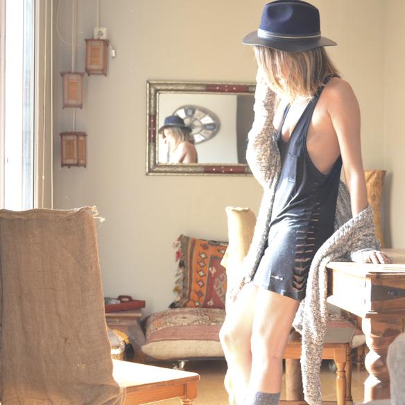 15colgadasdeunapercha_joy_division_chicplace_negro_black_calcetines_socks_sombrero_hat_oversize_cardigan_gina_carreras_6